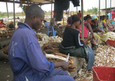 Epluchage du manioc ©LesAteliersPIXEL
