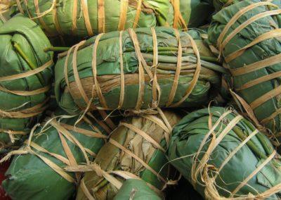 Foufou de manioc entouré de feuilles, avant la cuisson ©LesAteliersPIXEL