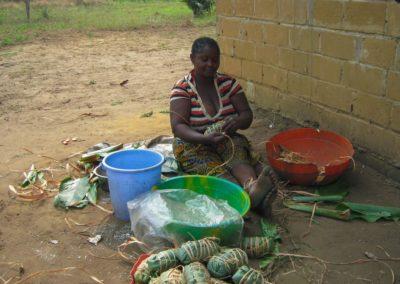 Préparation du manioc pour la cuisson à l'étuvée ©LesAteliersPIXEL