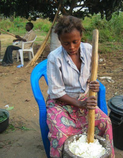 A Ibi Village, on passe le manioc au pilon pour préparer le foufou ©LesAteliersPIXEL