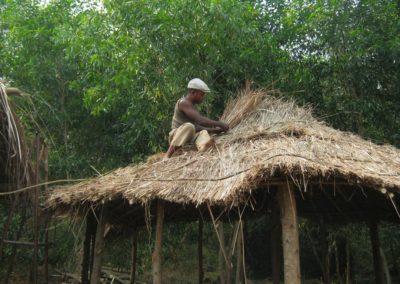 Réparation d'un toit à Ibi Village ©LesAteliersPIXEL