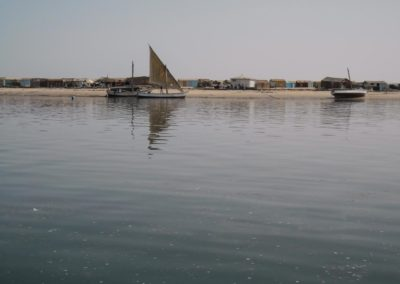 Vue sur le village d'Iwik depuis un bateau de pêche ©LesAteliersPIXEL