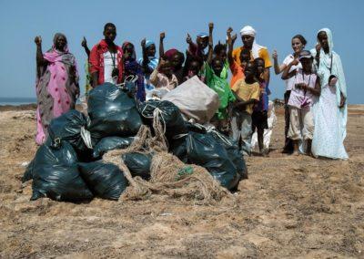 Pendant le stage, nous avons aidé à nettoyer la plage ! ©LesAteliersPIXEL